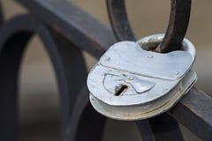 在铁篱芭的老银色挂锁 免版税库存图片