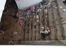 在铁路地下过道的很多垃圾顶视图 免版税库存照片