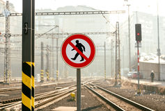 在铁路平台的没有横穿标志 库存照片