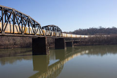 在铁路桥梁的移动的火车在星期一河 免版税库存照片