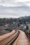 在铁路桥的轨道 免版税库存图片