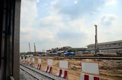 在铁路火车开始的看法在曼谷努力去做Phra洛坤Si阿尤特拉利夫雷斯在泰国 免版税库存图片