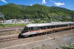 在铁路的旅客列车在Narai是一个小镇在长野县日本 免版税图库摄影