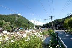 在铁路的旅客列车在Narai是一个小镇在长野 库存图片