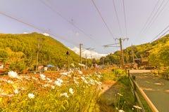 在铁路的旅客列车在Narai是一个小镇在长野 免版税库存图片