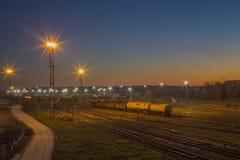 在铁路的早晨视图与不可思议的日出在拉脱维亚陶格夫匹尔斯市 库存图片