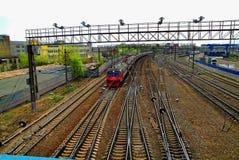 在铁路的火车在春天 库存照片