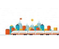在铁路的火车有城市背景 免版税库存图片