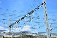 在铁路的电导线高速火车的 免版税库存图片