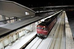 在铁路的红色火车在日本 免版税图库摄影