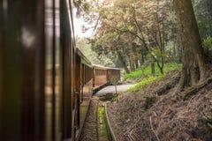 在铁路的老火车在阿里山全国风景区 库存照片
