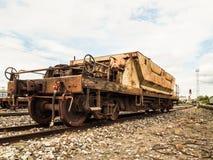 在铁路的老生锈的火车无盖货车 库存图片