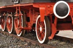 在铁路的老蒸汽引擎 库存照片