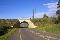 在铁路线下的有限的高度Distruct车行道隧道 图库摄影