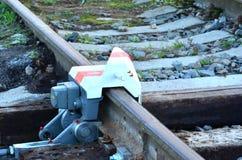 在铁路线的出轨设备 免版税库存图片