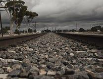 在铁路线的黑暗 免版税库存图片