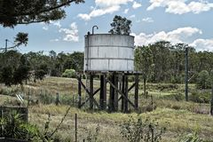 在铁路线轨道旁边的老储水箱在昆士兰澳大利亚 免版税库存照片