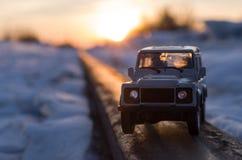 在铁路路轨的小玩具汽车模型 库存图片