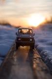 在铁路路轨的小玩具汽车模型 免版税库存图片