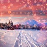 在铁路路附近的城市发光雪星期日对冬天木头 与holida的美好的颜色高res例证 库存图片
