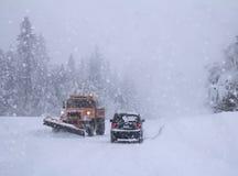 在铁路路附近的城市发光雪星期日对冬天木头 大雪 图库摄影