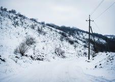 在铁路路附近的城市发光雪星期日对冬天木头 户外横向倾斜雪体育运动冬天 免版税库存图片