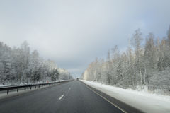 在铁路路附近的城市发光雪星期日对冬天木头 库存照片