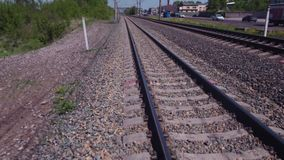 在铁路轨道的空中快速的飞行,在路轨的低空飞行在都市风景 4K 影视素材