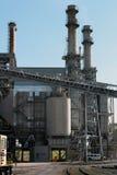 在铁路轨道附近的钢工厂厂房外面 库存照片