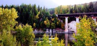 在铁路运输河场面的桥梁秋天 免版税图库摄影