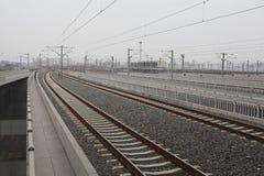 在铁路金属轨道的高速路轨与轨道 免版税库存照片