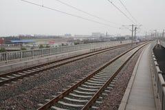 在铁路金属轨道的高速路轨与轨道 免版税图库摄影