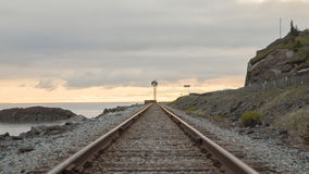 在铁路附近的海湾 日落,黄昏 免版税库存图片