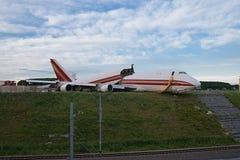 在铁路附近的飞机失事 库存图片