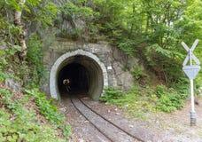 在铁路隧道的火车在Lillafured 免版税库存照片