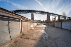 在铁路高架桥下的车库区 免版税库存图片
