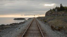 在铁路,多云天附近的海湾 库存照片