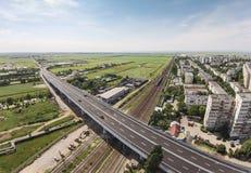 在铁路,普洛耶什蒂,罗马尼亚的现代段落 库存照片