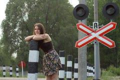 在铁路s符号业务量附近的女孩 免版税图库摄影