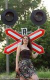 在铁路s符号附近的女孩 库存图片