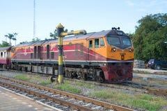 在铁轨的内燃机车 皇家泰国铁路 免版税库存图片