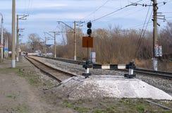 在铁轨的铁路僵局在晴朗的天气的春天 免版税库存图片