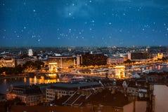 在铁锁式桥梁的惊人的夜视图在布达佩斯 库存照片
