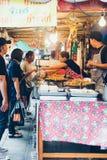 在铁锅和平底锅的街道食物 库存照片