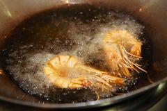 在铁锅平底锅油煎的大虾bein 图库摄影