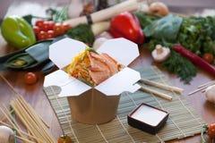 在铁锅箱子的中国面条 库存图片