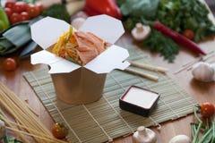 在铁锅箱子的中国面条 免版税库存图片