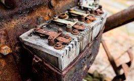 在铁锈和年龄盖的葡萄酒古色古香的汽车木点火线圈 库存照片