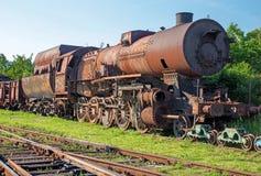 在铁锈的老蒸汽机车 库存图片