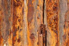 在铁锈背景中盖的铁盘区 免版税库存照片